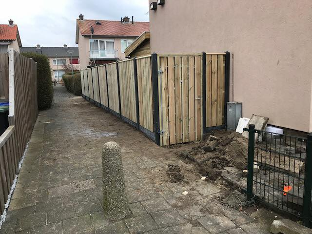 Houten tuinpoort in houten schutting